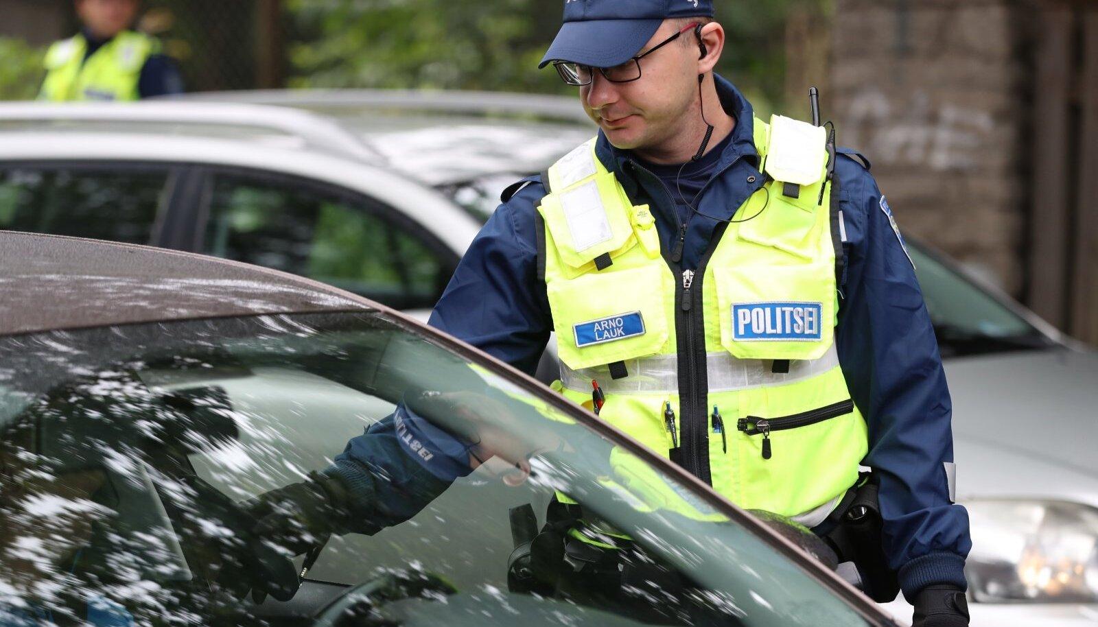 Politseinik autojuhi kainust kontrollimas (pilt on illustratiivne).