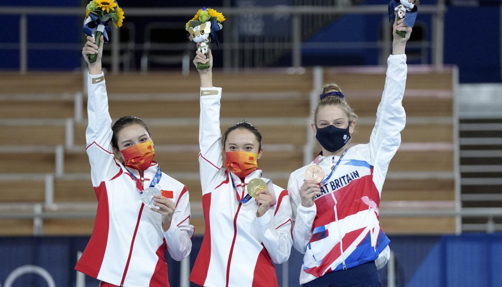 Zhu Xueying (keskel) Tokyo olümpiamängude poodiumil.