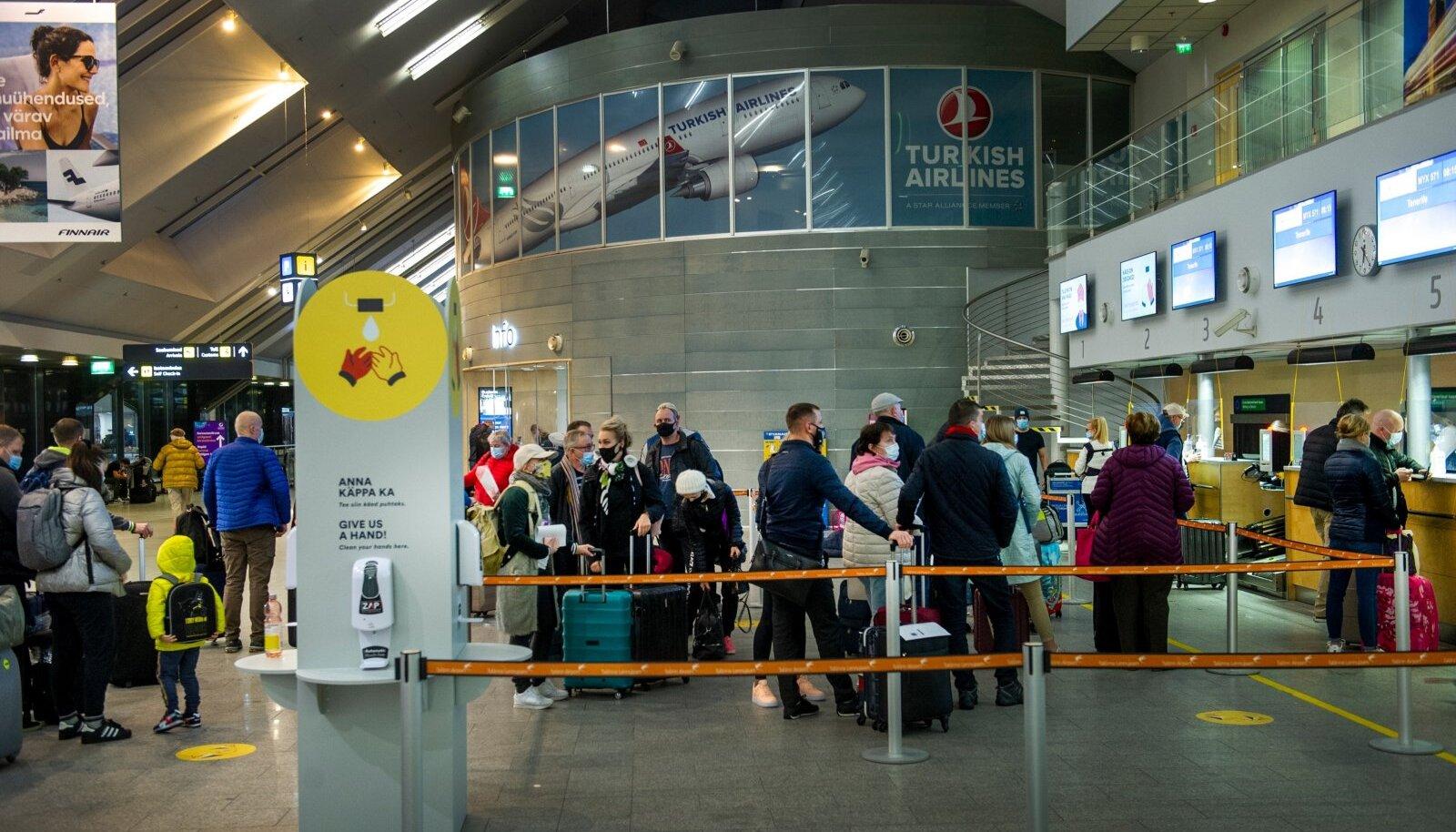 KOROONATURISM: Reisisellid Tallinna lennujaamas.