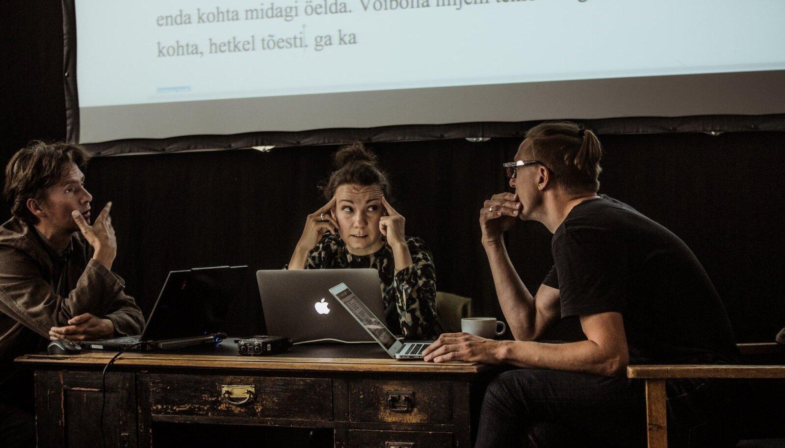 Eelmise aasta Draama festivalil kirjutasid neli näitekirjanikku lühinäidendi düstoopilisest õhtust. Pildil neljast autorist kolm: (vasakult) Mart Aas, Piret Jaaks, Urmas Vadi. Puudub Ott Kilusk.
