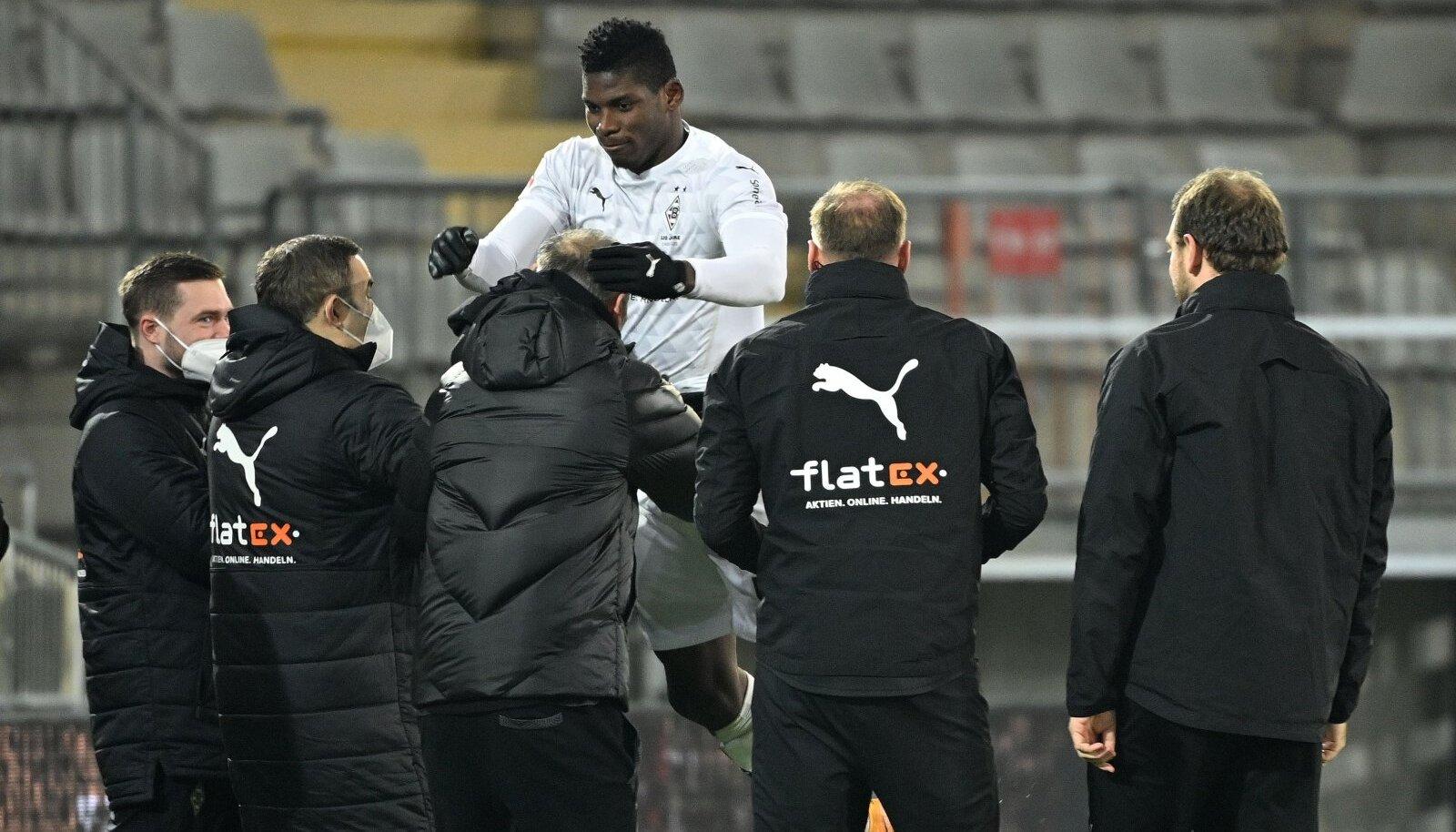 Breel Embolo 2. jaanuaril Bundesliga mängus treeneritele sülle hüppamas.