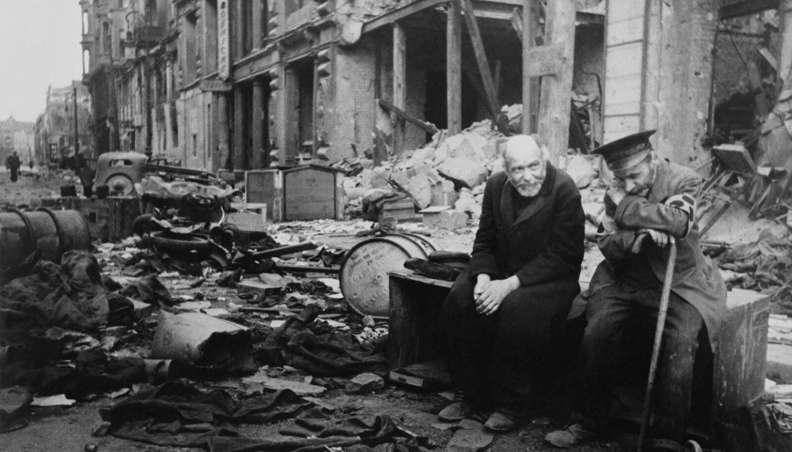 Pime mees ja tema abiline Berliinis, pärast lahingute lõppu. Foto autor on Jevgeni Khaldei, sama piltnik, kes tegi kuulsa foto Reichstagi hoonele punalipu heiskamisest.