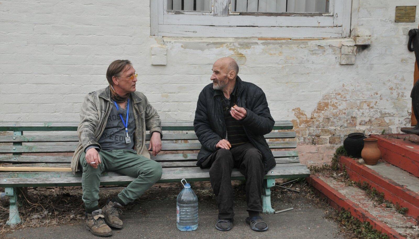 Peeter Võsa Pripjatis kohaliku mehega juttu ajamas.