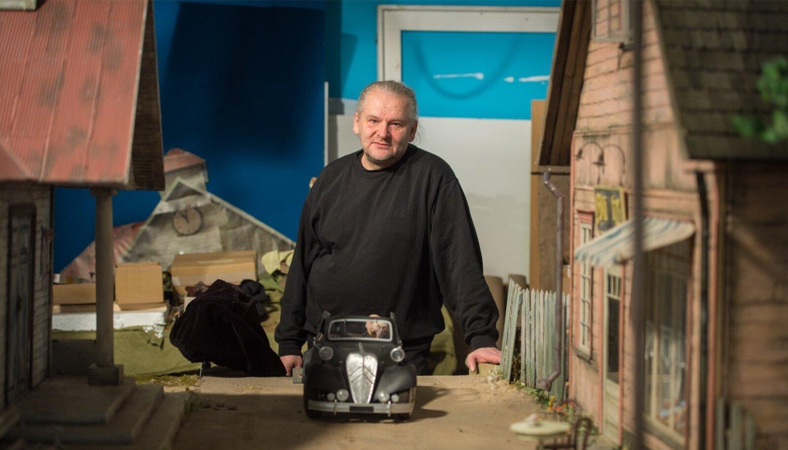 """Nukufilmitegija Riho Unt oma tavapärases loomekeskkonnas nukumajade ja mänguautode keskel. Valmib uus nukufilm """"Morten lollide laeval""""."""