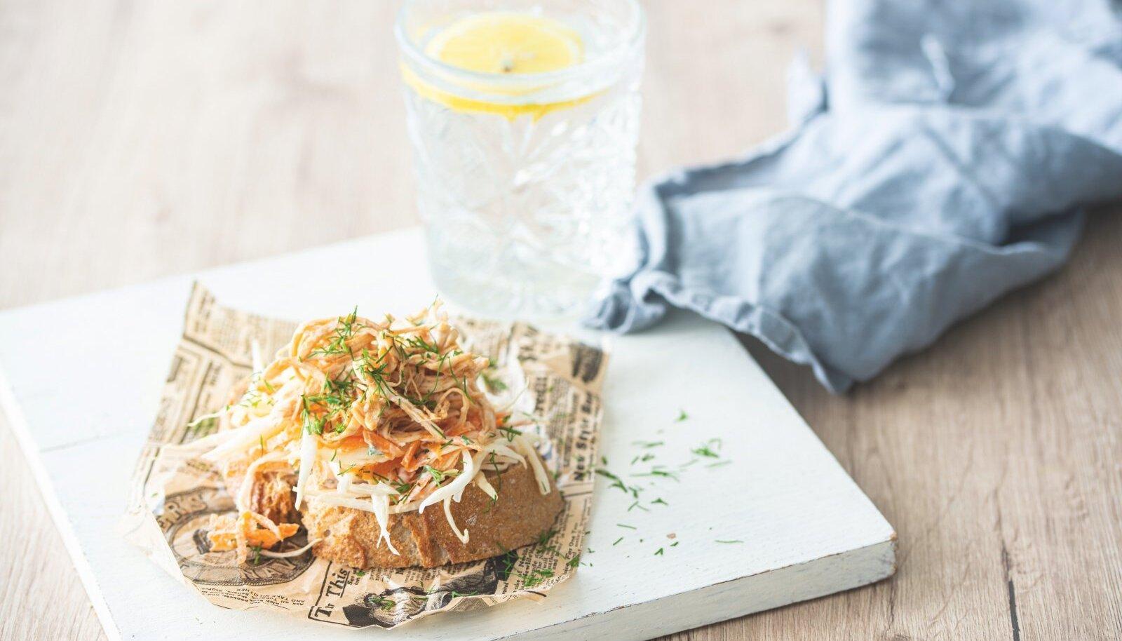 Rebitud kana ja kapsa-porgandisalatiga võileib