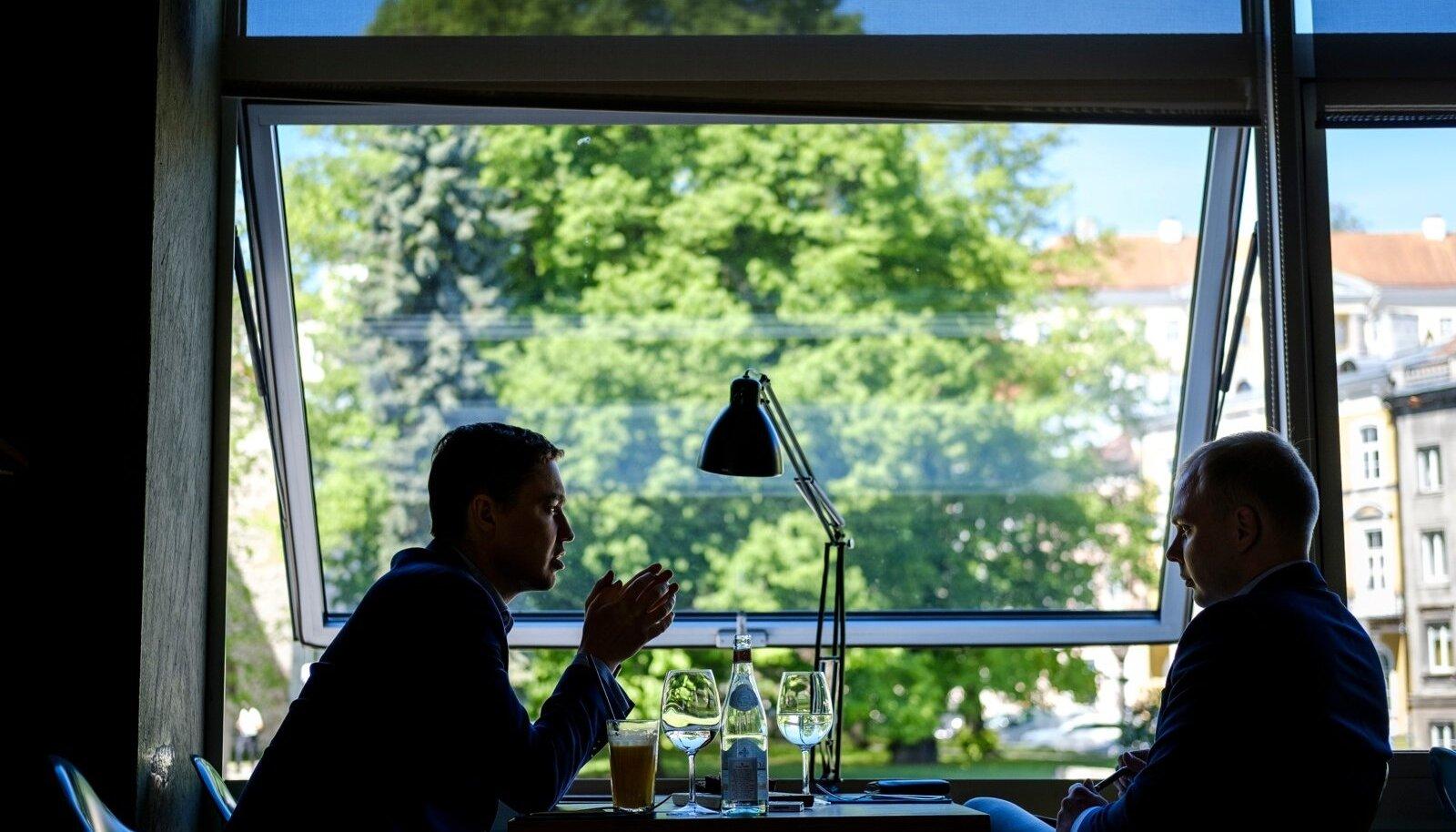 Taavi Rõivas (vasakul) kinnitas ajakirjanikule, et Reformierakond tegi tema juhtimise ajal väga palju õigesti, kuid möönis, et üheski erakonnas ei õnnestu kõik 100%.