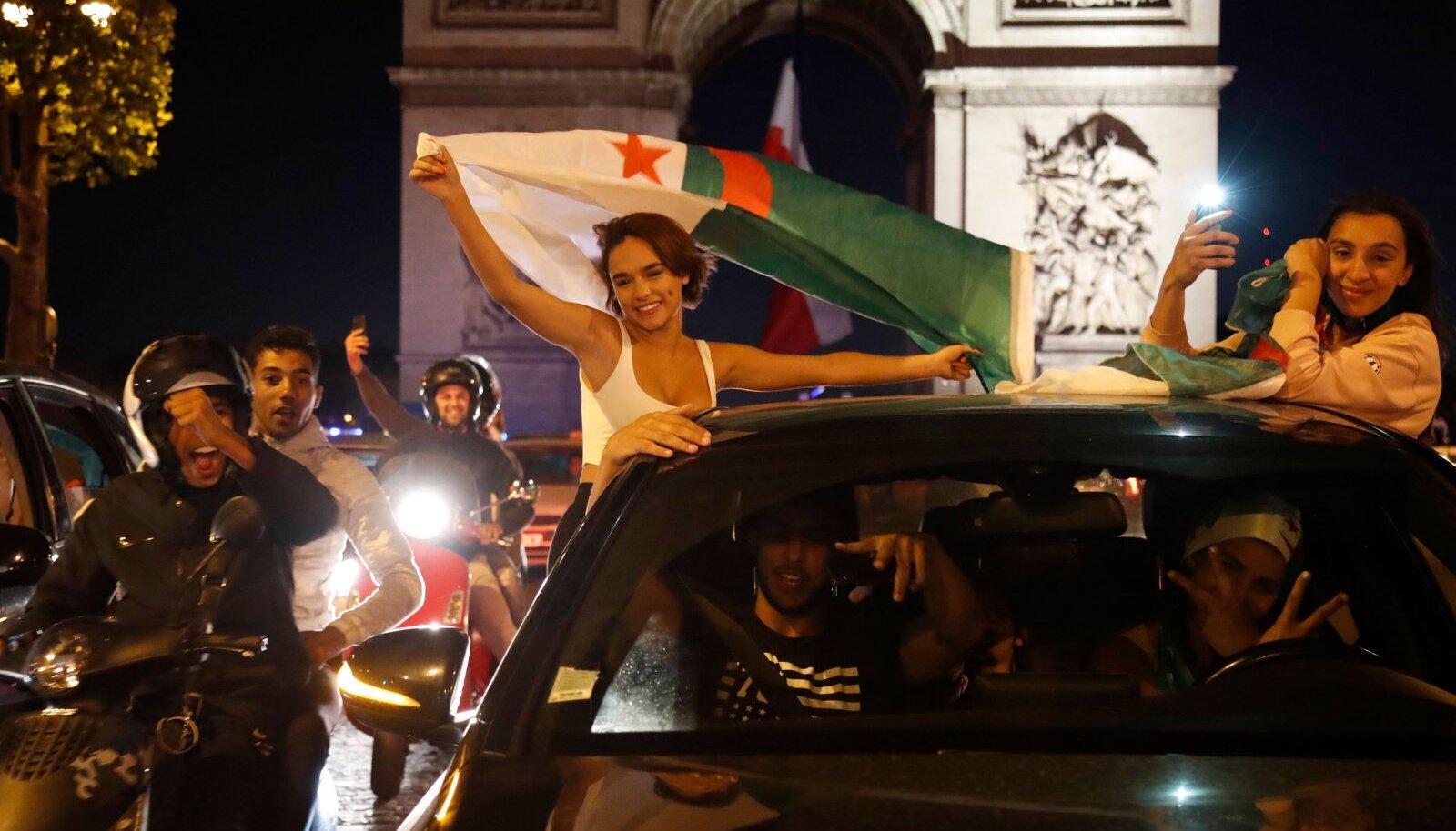 Alžeeria fännid Triumfikaare juures.