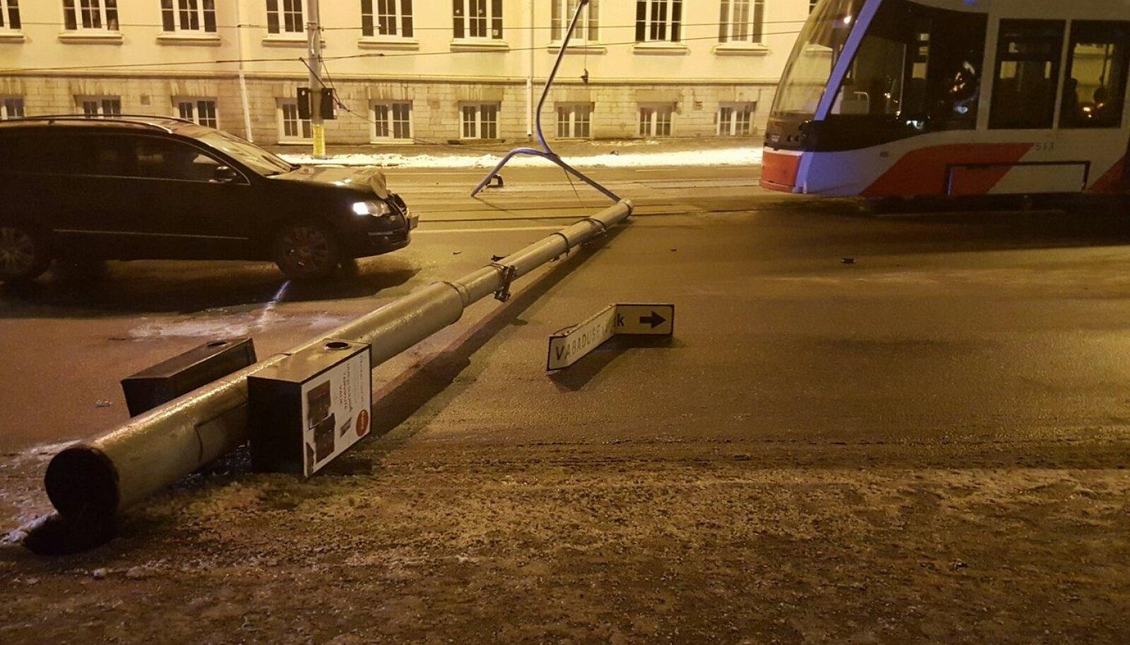 Pärnu maanteel tänavapost pikali
