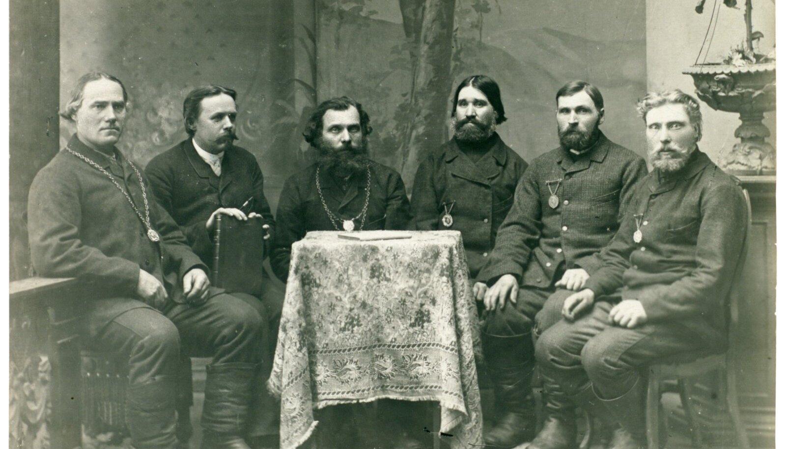 On aasta 1895. Koos istub Luunja valla nõukogu, vasakult teine on vallakirjutaja Must.