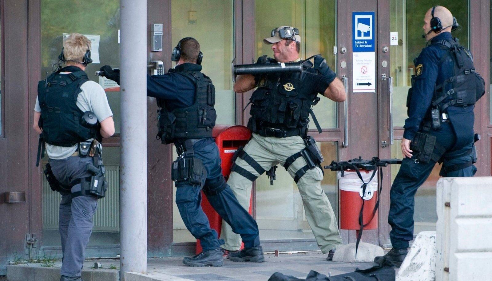 UKS MAHA! Rootsi politsei eriüksus üritab siseneda röövitud sularahahoidlasse.