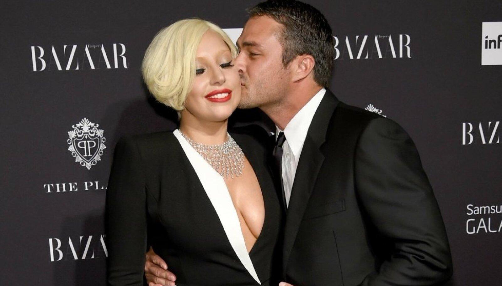 Lady Gaga Harper's Bazaari mustal vaibal