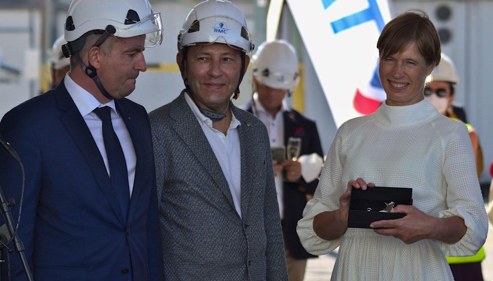 MyStari ristiema president Kersti Kaljulaid laeva ristiema kingitust vastu võtmas Rauma laevatehases