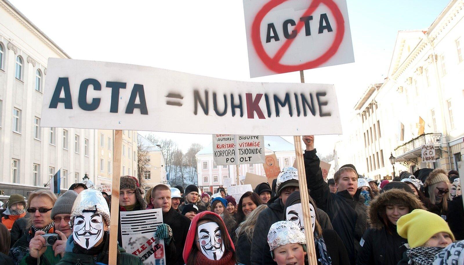 2012. aastal protestisid tuhanded inimesed Eestis võltsimisvastase kaubanduslepingu (ACTA) vastu. Fotol miiting Tartu Raekoja platsil