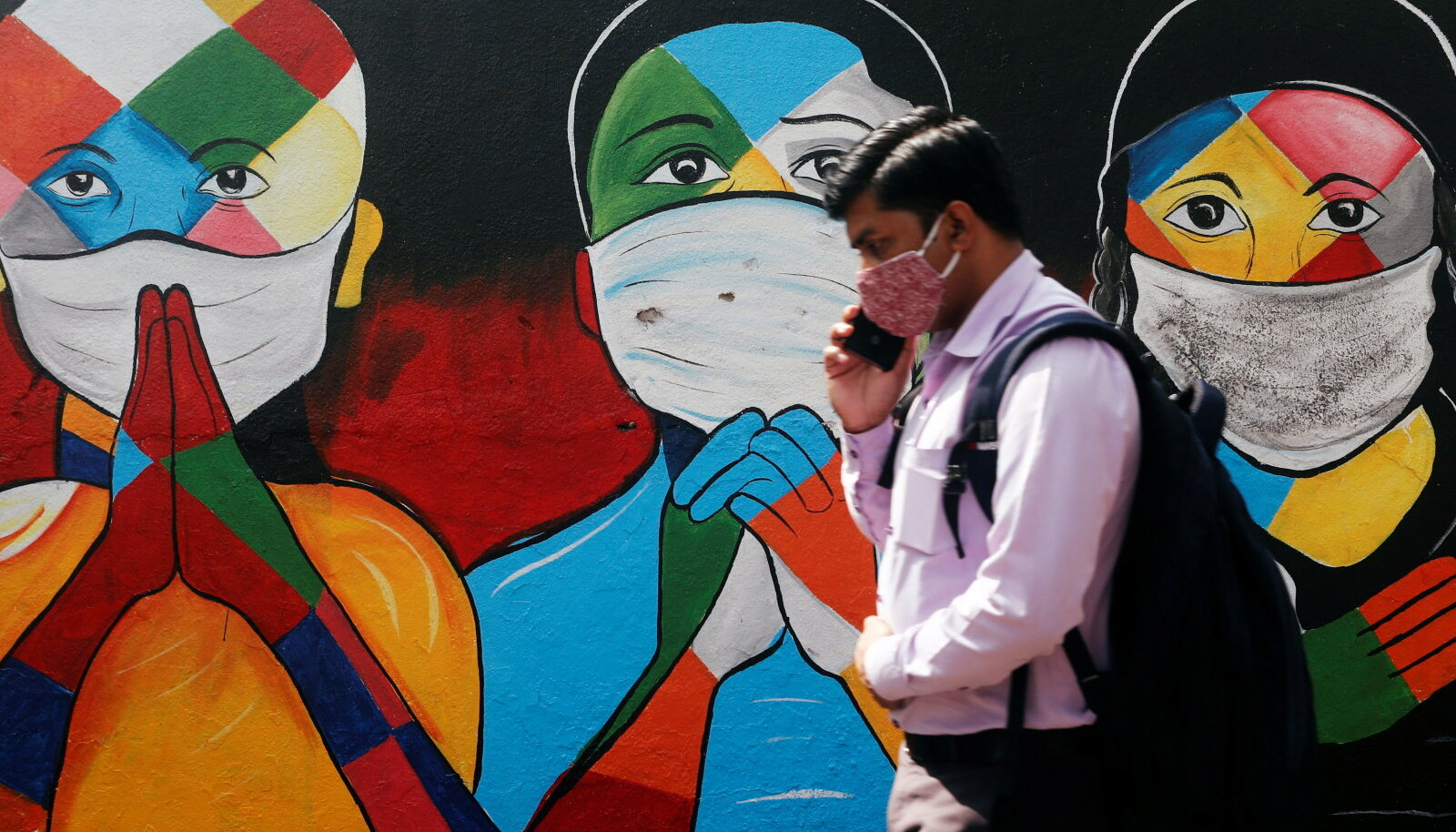 Pandeemia Indias: mees Navi Mumbai tänaval kõndimas (foto: REUTERS / Scanpix)