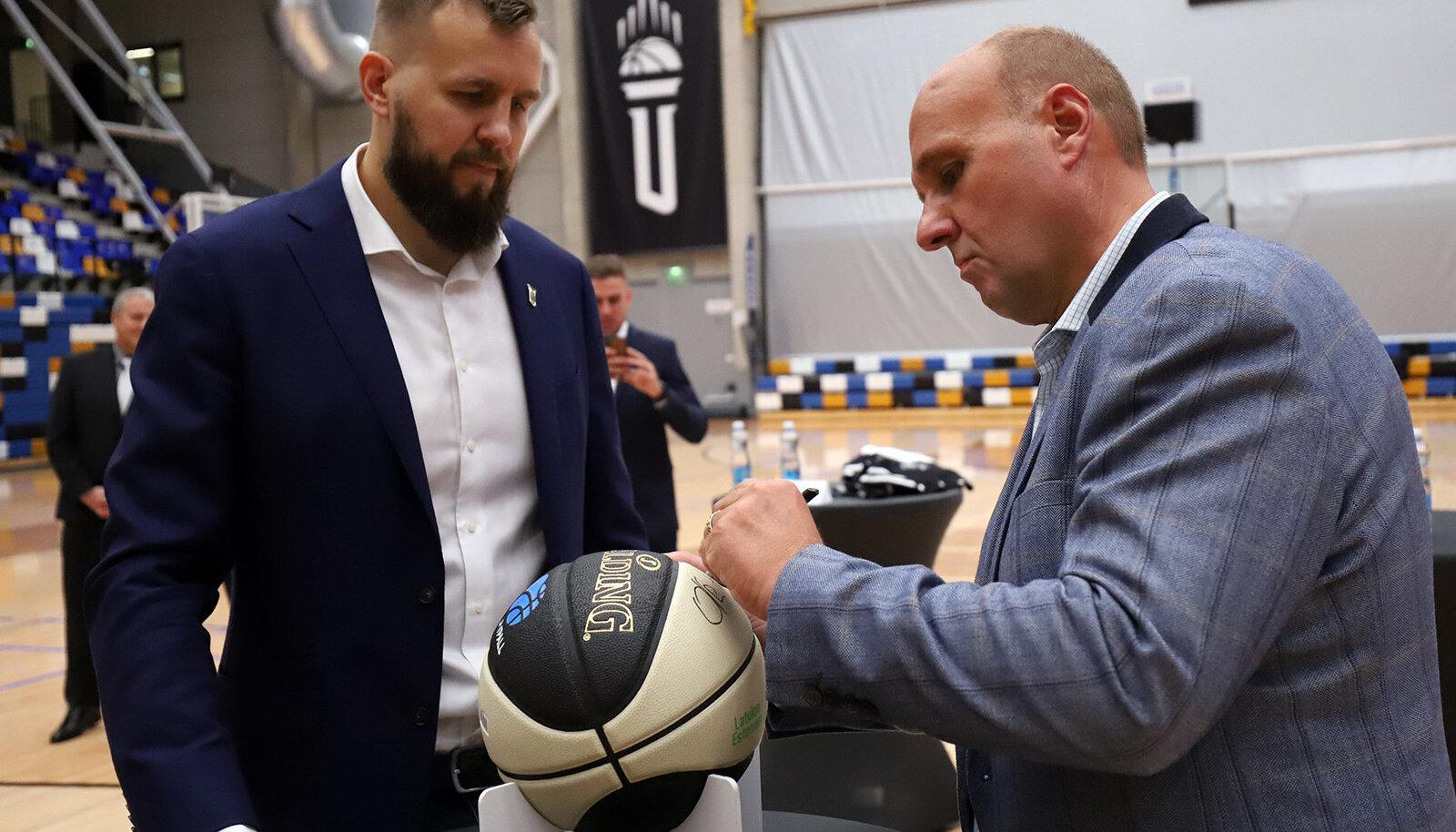 TÜ korvpalli spordidirektor Janar Talts ja Olle Horm lepingut allkirjastamas.