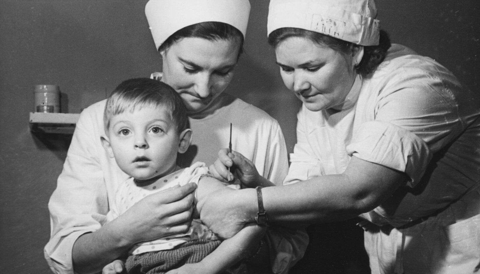 КАРТИНА ИЗ ПРОШЛОГО: Работники Центральной больницы Таллинна Я. Йыги (сидит) и З. Подлобко делают прививку от оспы. В 1979 году Всемирная организация здоровья объявила о победе над инфекцией.