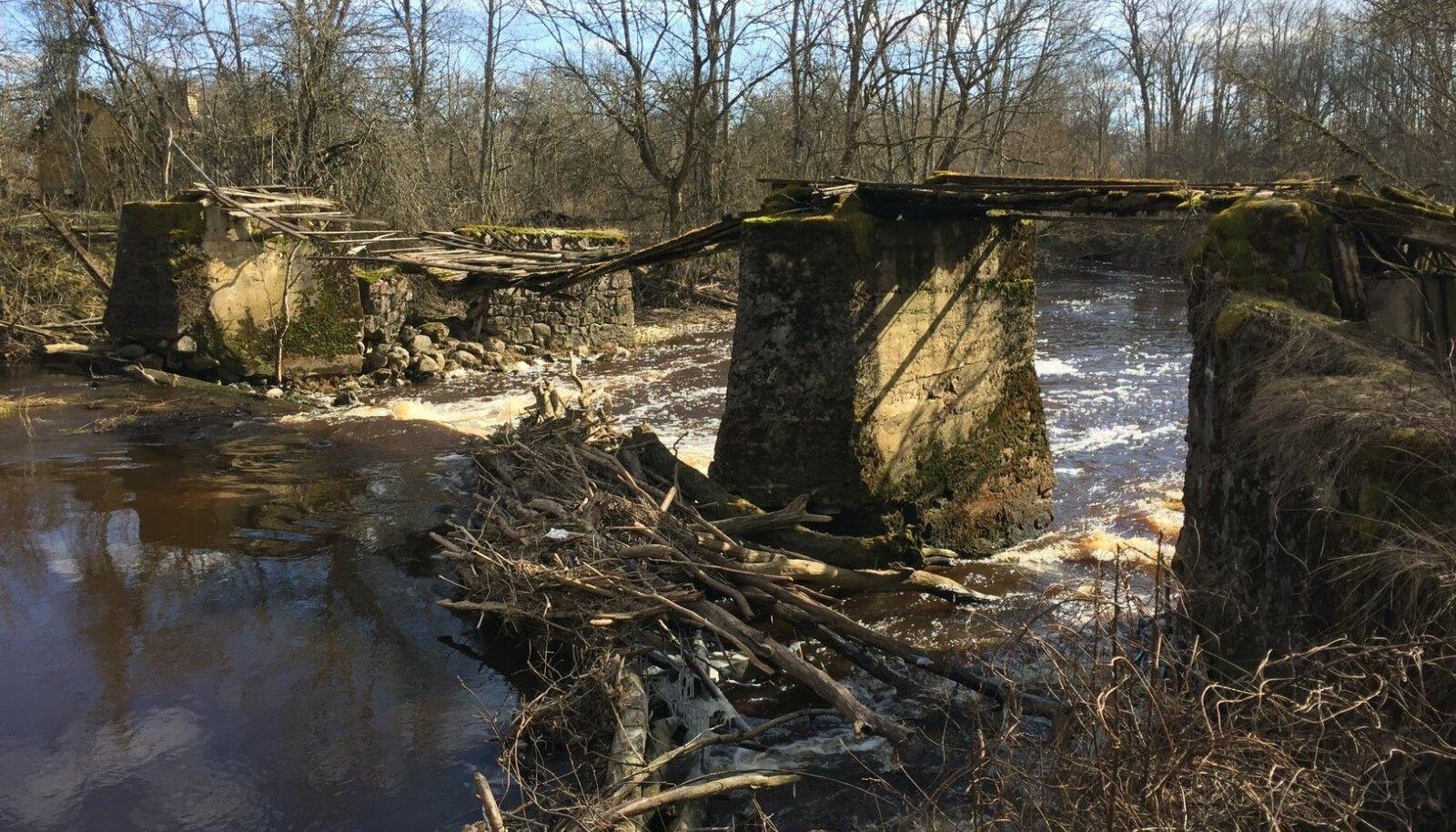Vändra jõel asuv Kullimaa pais on praeguseks hävinud vesiveski.
