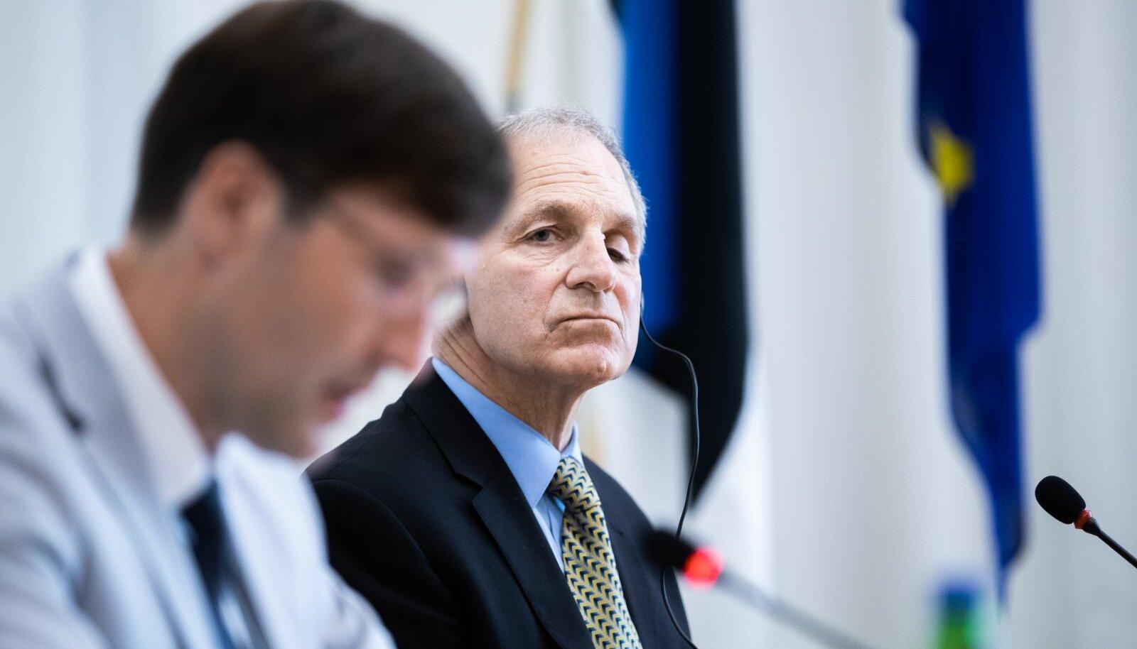 Martin Helme ja advokaadibüroo Freeh Sporkin & Sullivan LLP juht ja asutaja Louis Freeh 'i pressikonverentsEsiplaanil Martin Helme, tagaplaanil USA advokaat Louis Freeh.