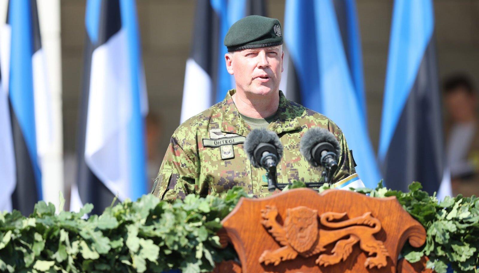 Kaitseväe ülem brigaadikindral Riho Ühtegi võidupüha paraadil kõnepuldis.