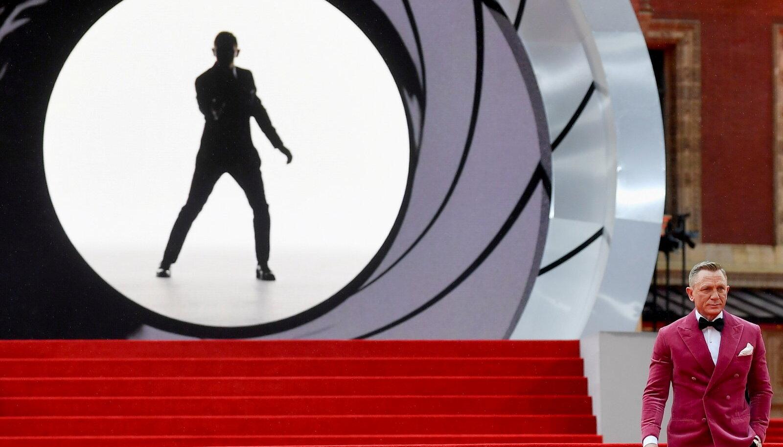 Daniel Craig poseerimas uue James Bondi filmi esilinastusel