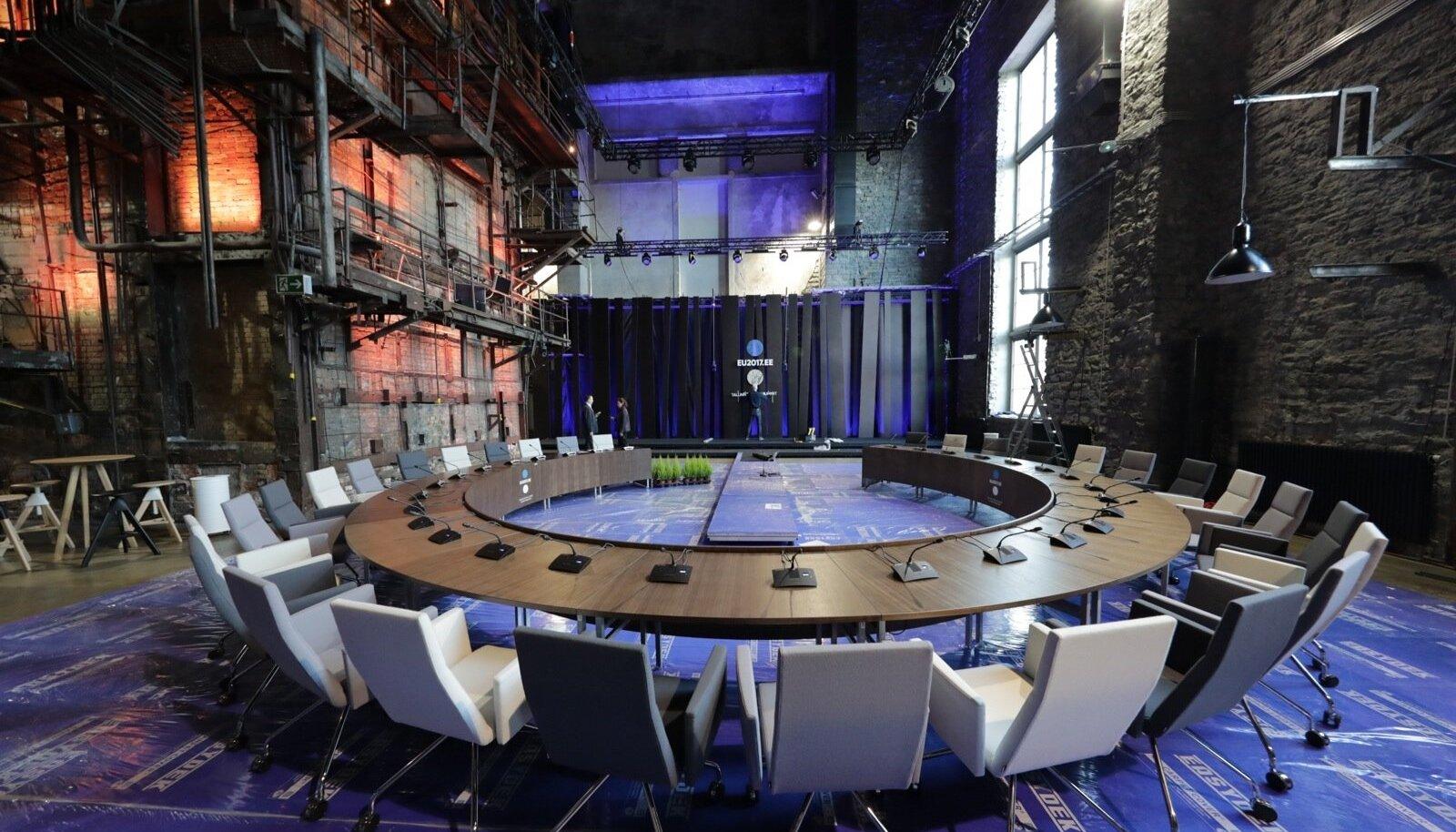 Homme Kultuurikatlas toimuva tippkohtumise ettevalmistused olid eilseks üsna kaugele jõudnud. Paigas oli ka suur ümmargune laud, mille ümber EL-i juhid homme istuvad.