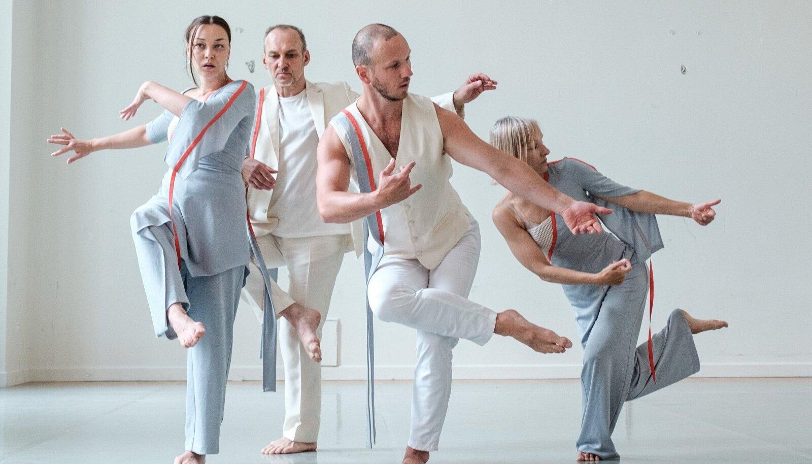Lisaks tantsijate kohalolule olid äärmiselt kaunid ka Kristina Viirpalu-Tudebergi loodud kostüümid, mis justkui helkisid selles valgusküllases toas.