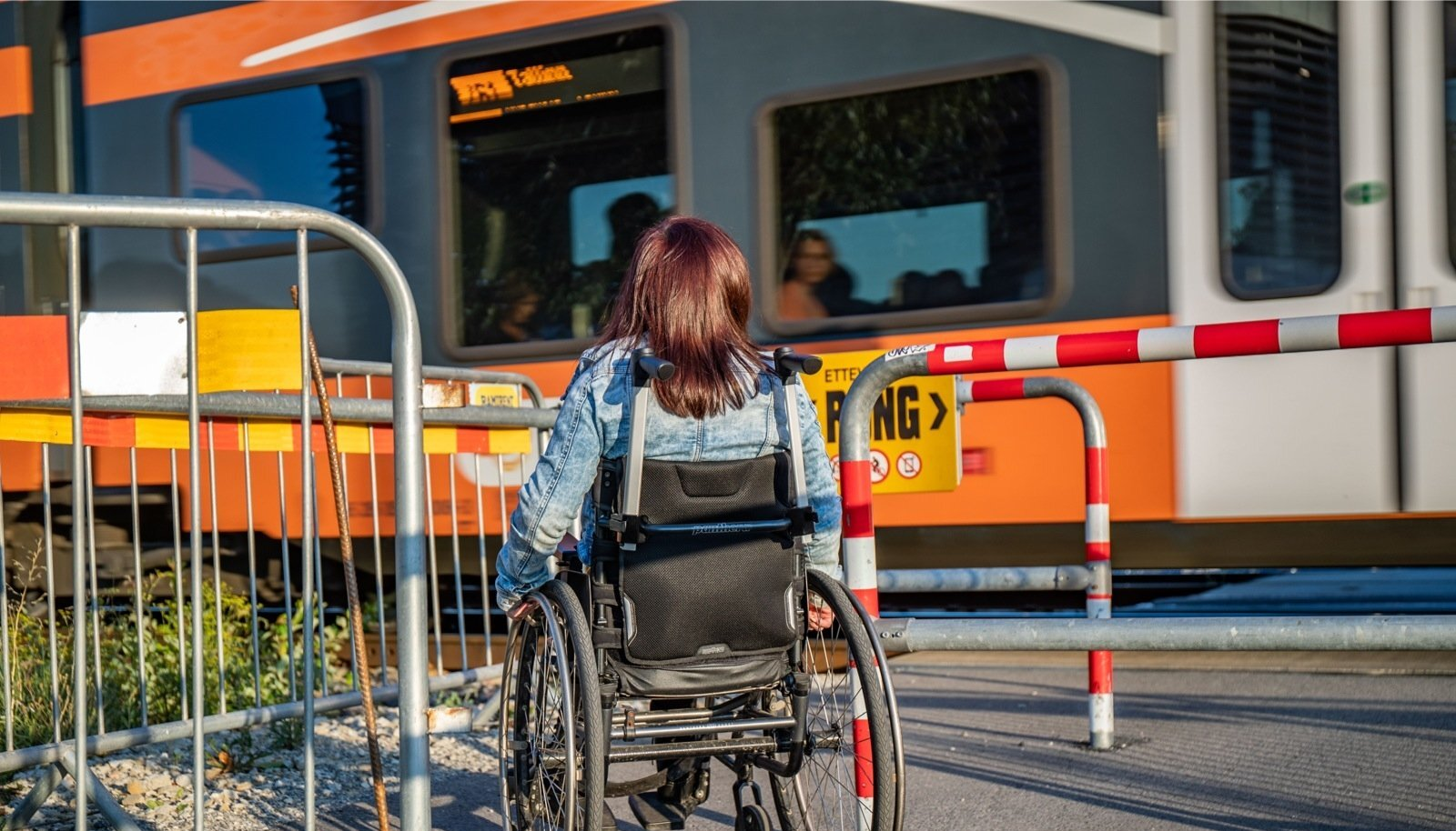 Briti Tartes mahtus kitsama ratastooliga läbi ka Veerenni ülekäigukohale hiljuti lisatud kolmandast tõkkest.