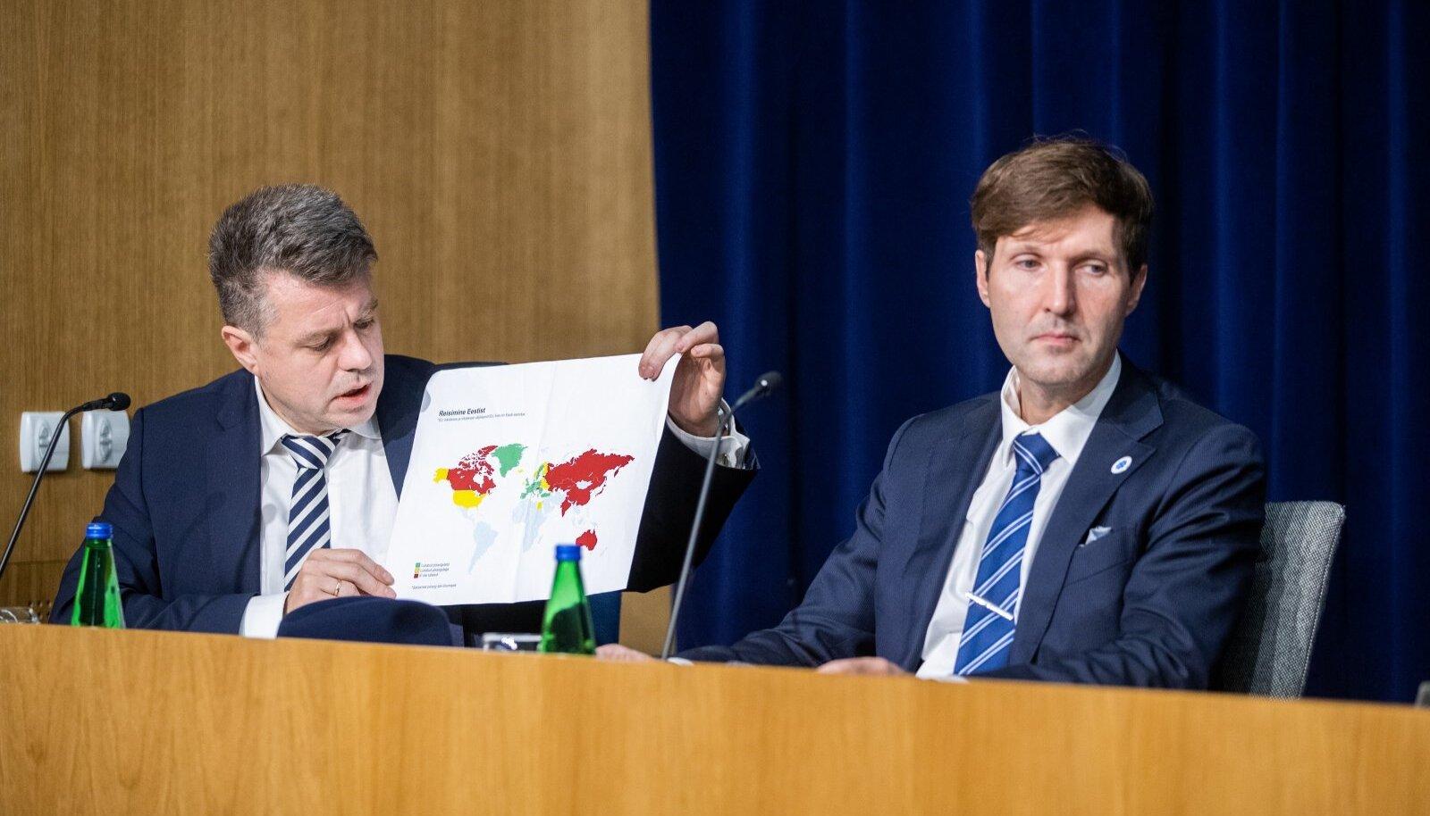 Urmas Reinsalu näitab piirangute kaarti