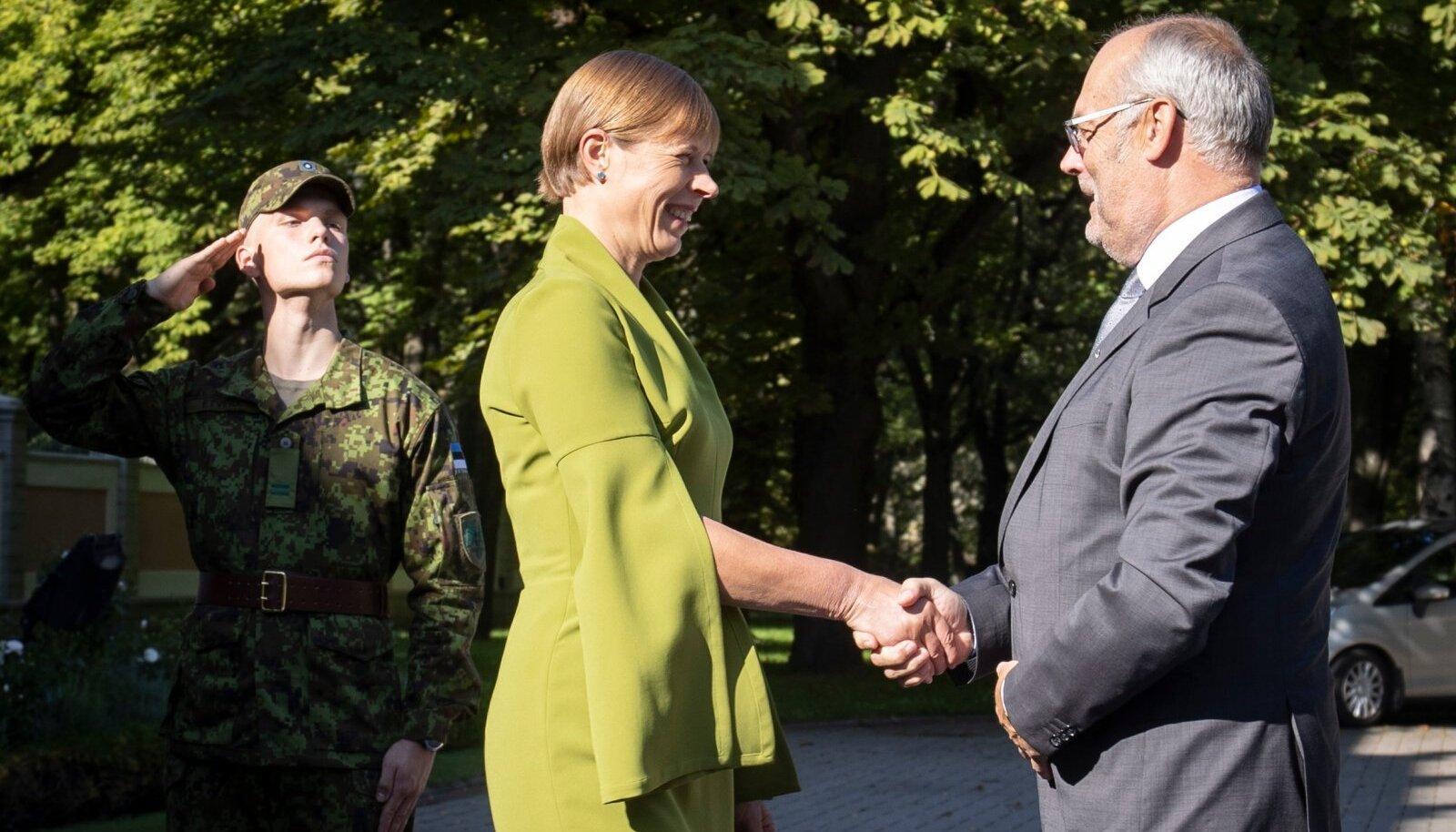 VANA JA UUS: Kersti Kaljulaid augusti viimasel päeval Kadriorus tulevast presidenti Alar Karist tervitamas.