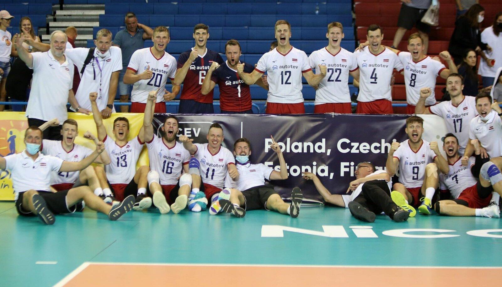 Läti võrkpallikoondis tähistab kordaminekut. Põrandal lebav Avo Keel näitab: Eesti, siit me tuleme!