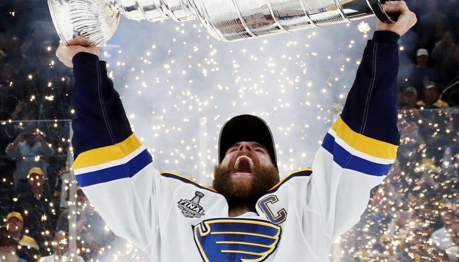 Muinasjutuline lõpp: St. Louis Bluesi kapten Alex Pietrangelo tõstab ihaldatud Stanley karika pea kohale.
