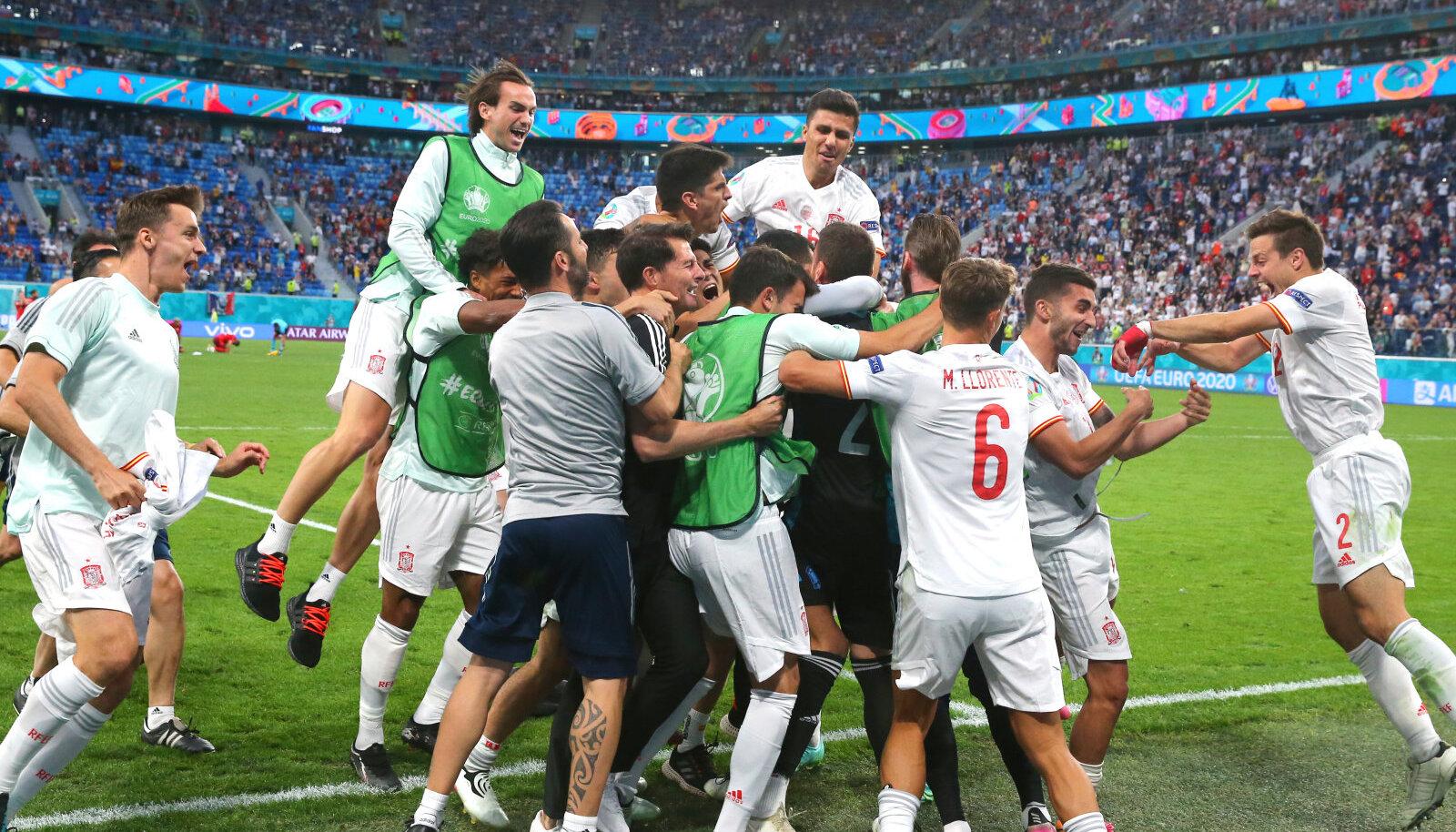 Hispaania jalgpallikoondis poolfinaali pääsemist tähistamas.