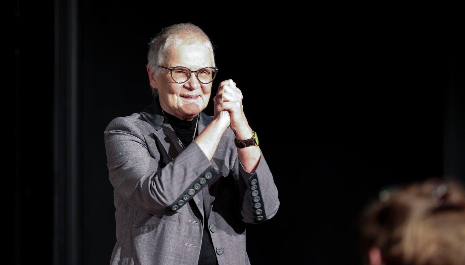 """EMTA lavakunstikoolis esitleti Merle Karusoo kaheköitelist teost """"Panso 100. Nii palju kui andsid koerale"""""""