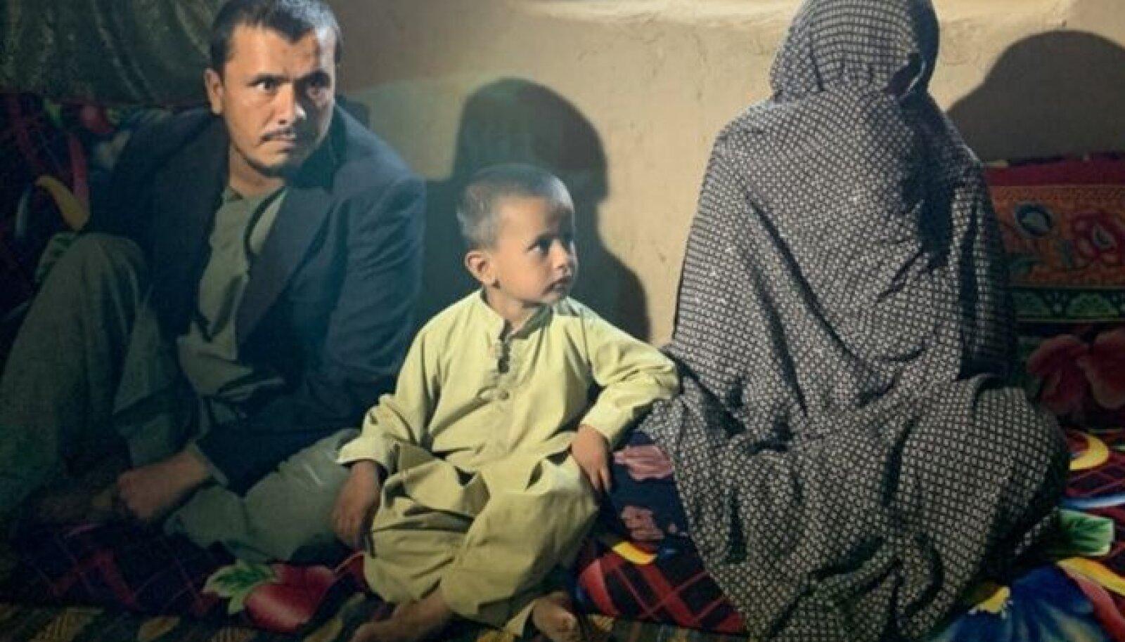 """Голхима (справа) хвалит талибов: """"Наши мужья, братья и сыновья гибли, а теперь с этим покончено, и мы испытываем облегчение"""""""