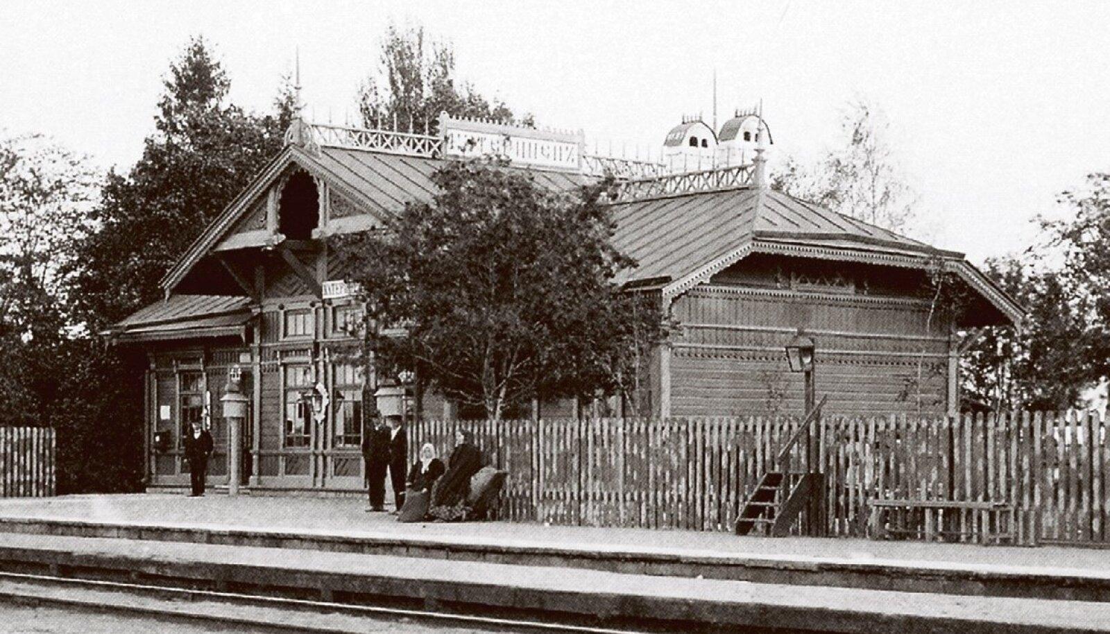 Vabaõhumuuseum plaanis Rocca al Maresse ühe atraktsioonina tuua Kadrina raudteejaama kompleksi, jaamahoone foto pärineb umbkaudu 1910. aastast.