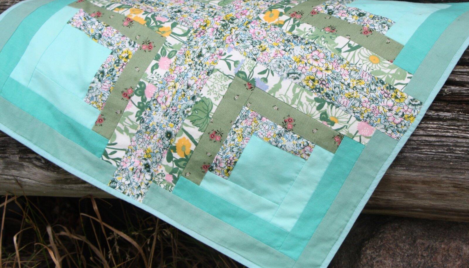 Lihtne lapitekk, milles on lillelised kangad.