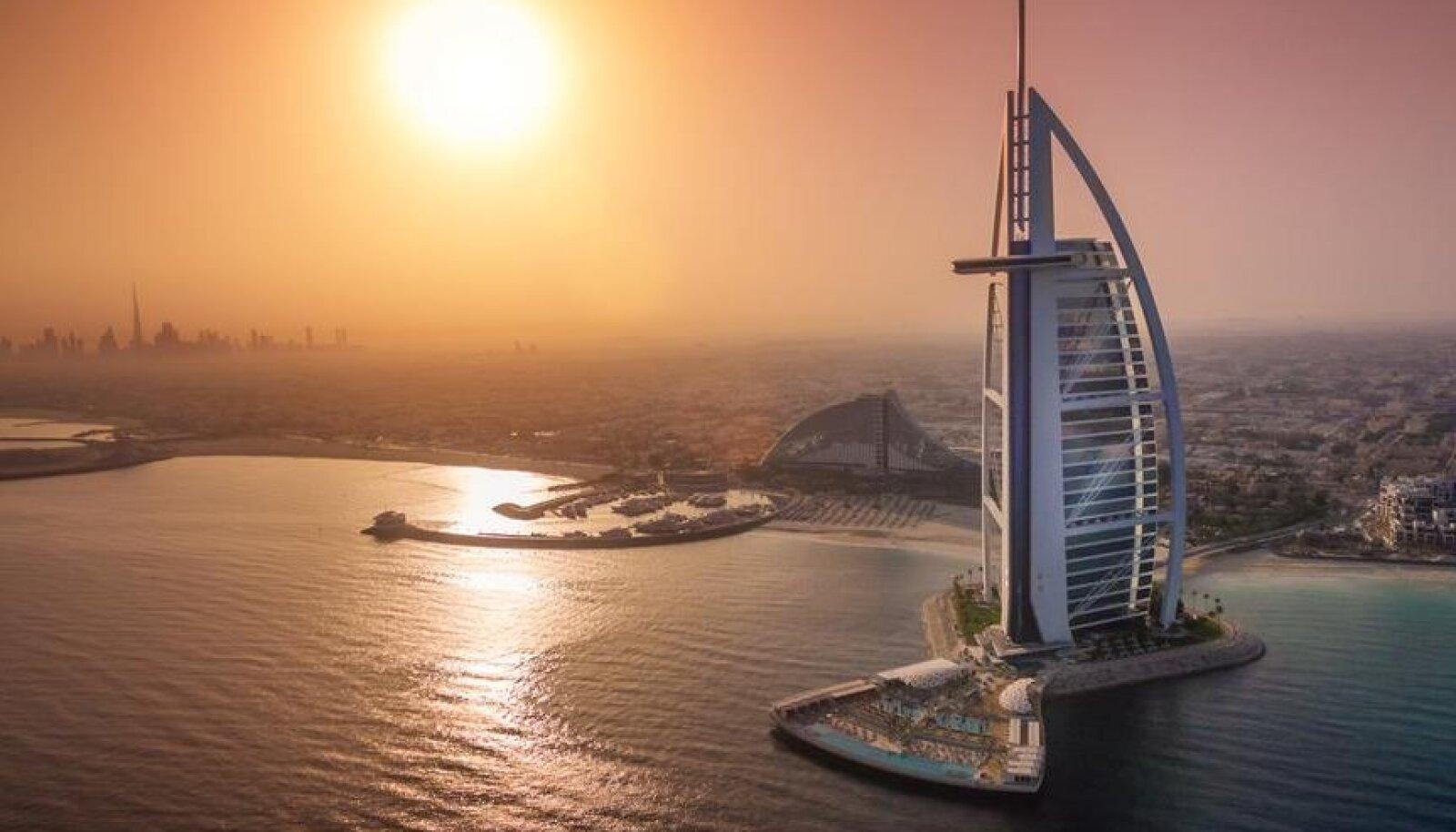 Maailma kõige luksuslikumaks hotelliks on korduvalt hääletatud Burj Al Arab Jumeirah Dubais. Privaatsed helikopteritransfeerid, 24 h kättesaadav kammerteener ning Aston Martinitest, Ferraridest ja Lamborghinidest koosnev rendiautopark põhjendavad, miks sellele viidatakse sageli kui seitsmetärnihotellile, kuid ametliku süsteemi järgi on tärne siiski vaid viis.