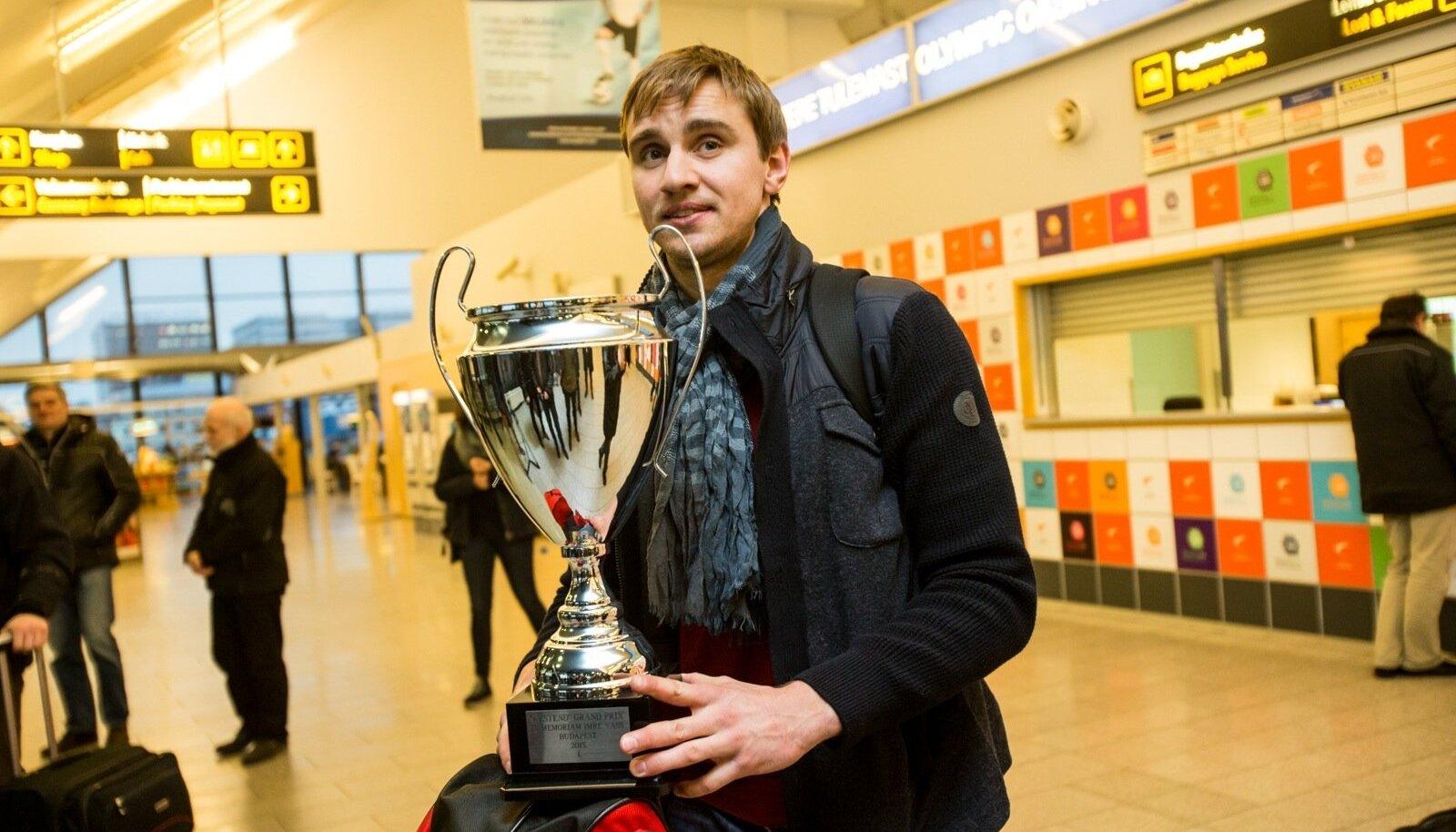 Nikolai Novosjolov naasis Budapesti GP-etapilt võidu ja kauni karikaga.