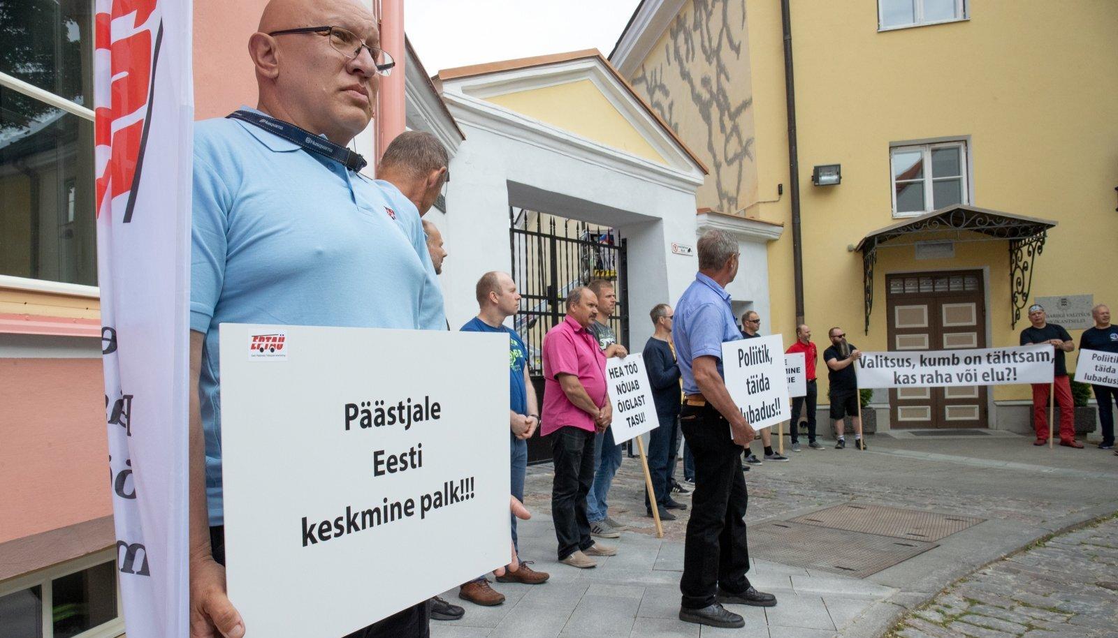 Eesti Päästeala Töötajate Ametiühing korraldas Stenbocki maja ees piketi