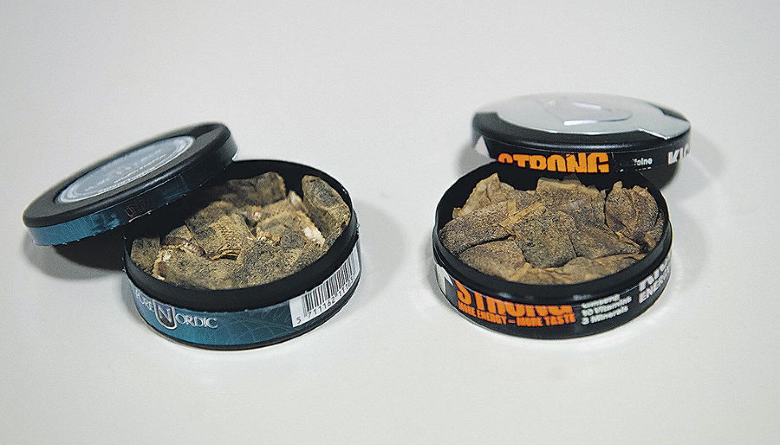 Kummas karbis on mokatubakas? Kui välimuselt pea identsed padjakesed karbist välja võtta, siis mokatubaka (vasakpoolses karbis) lõhn on palju vängem.