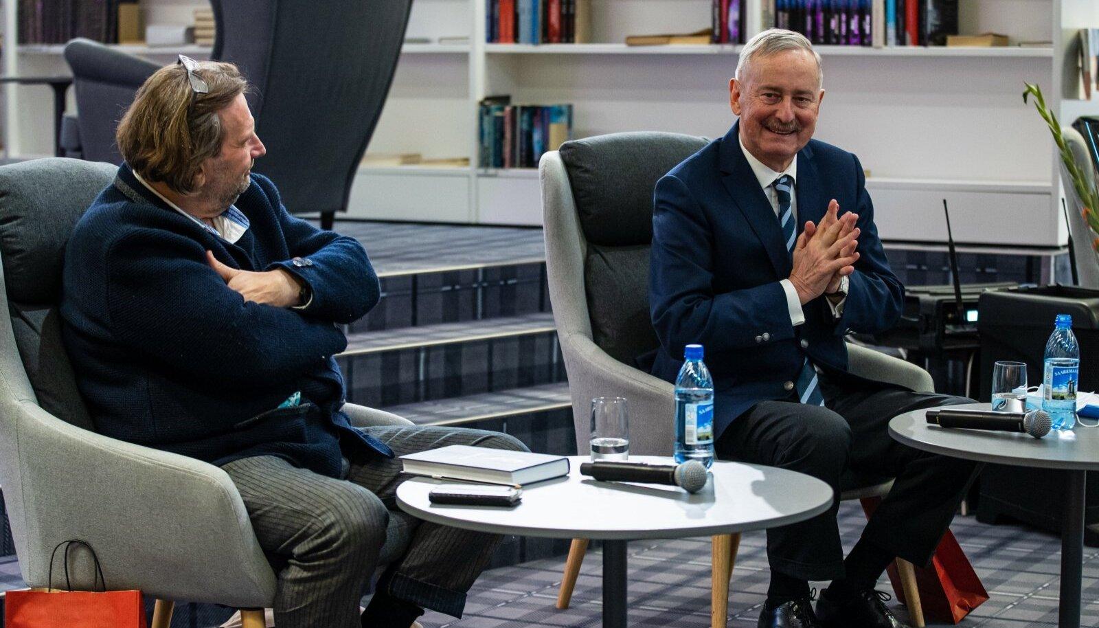 """Viimsi, 14.10.2021. Siim Kallas esitles Viimsi raamatukogus oma uut raamatut """"Eduard Alver. Tema aeg ja inimesed""""."""