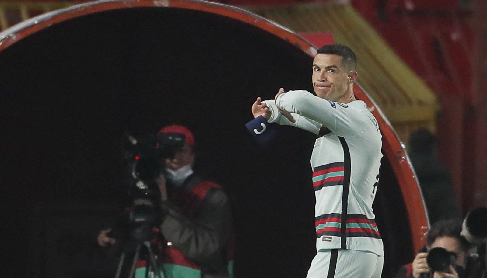 Hetk enne seda, kui Ronaldo kaptenipaela maha viskas.