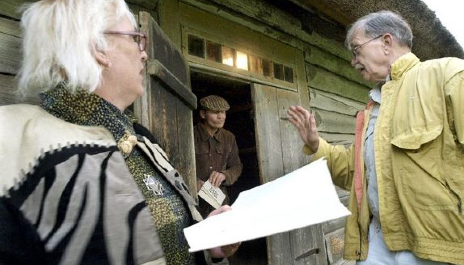 """Ago-Endrik Kerge (paremal) lavastab Juurus """"Mahtra sõja"""" ettelugemist."""