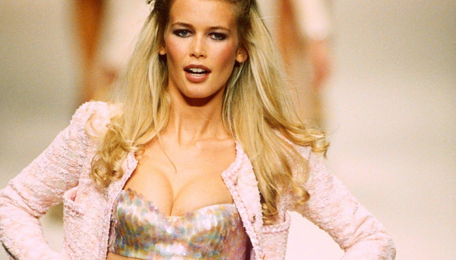 1990ndate supermodellid olid treenitud seksika kehaga, Claudia Schiffer Karl Lagerfeldi kollektsioonis, 1994