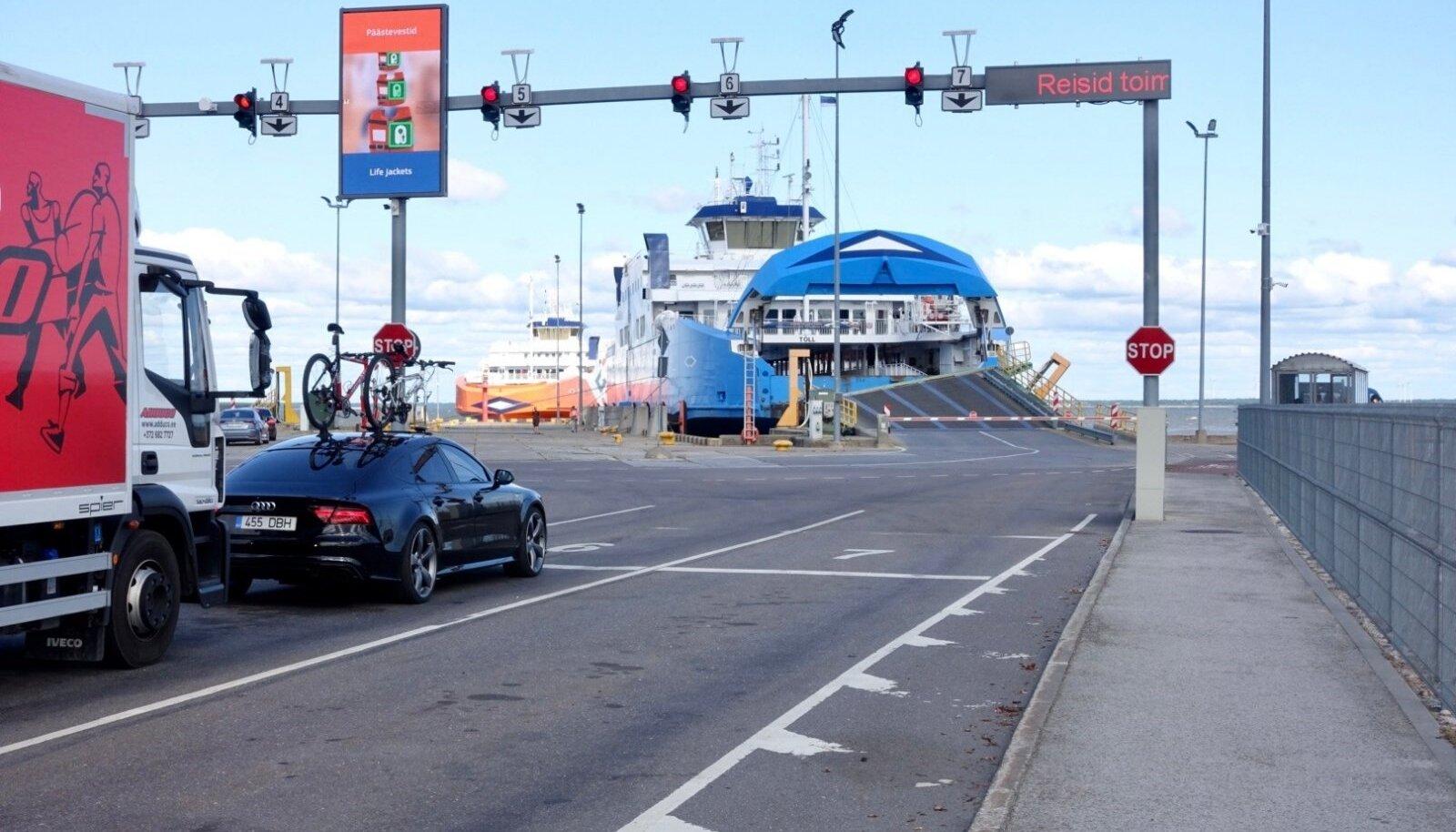 Kolmapäeval sõitis Tõll Kuivastus vastu kaid, põhjustades korraliku segaduse Saaremaale ja mandri vahelises transpordiühenduses.