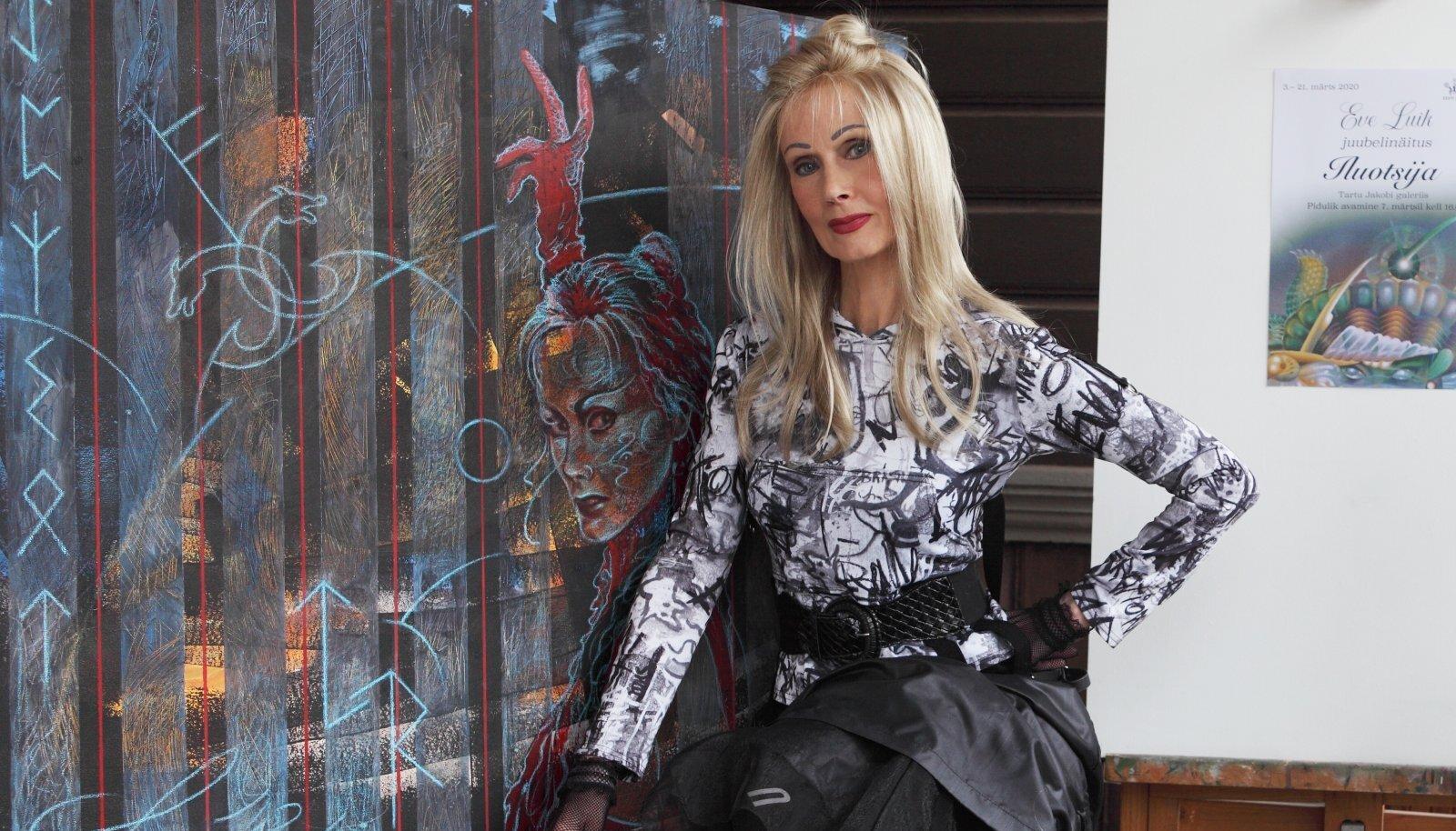 Kunstnik Eve Luik oma juubelinäitusel.