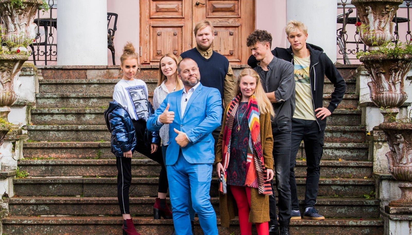 """Noorteseriaalis """"Pind"""" osalejad: Sharlotte Parvei, Laura-Retti Laos, Andres Eelmaa, Karl Jakob Bartels, Rinel Pius. Ees seisavad mängu juht Arlet Palmiste ja Karmen Mai Karus."""