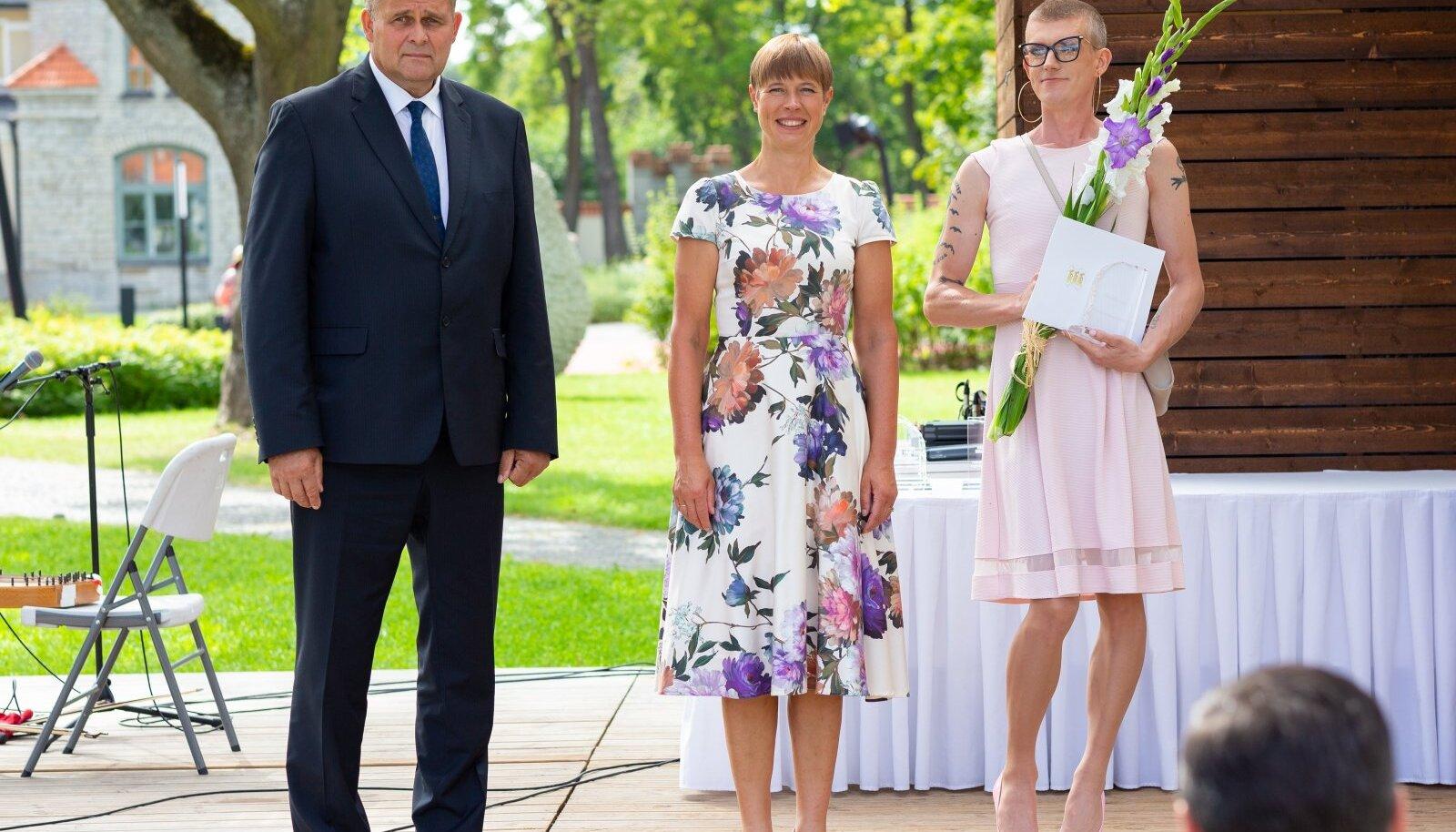 Raivo Aeg polnud esmalt rahul Mikk Pärnitsa sõnavõtuga. Seejärel tuli justiitsminister lagedale teadaandega, et auhinnad said sel aastal jagatud laiali statuudiväliselt, mistõttu tuleb iga tunnustatu üle kontrollida.