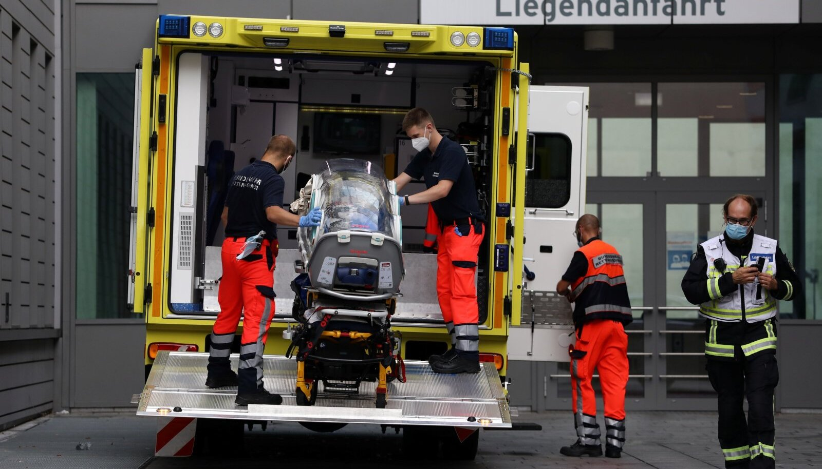 Lennujaamast Berliini haiglasse toimetati Navalnõi Saksa relvajõudude meedikute erisõidukiga.