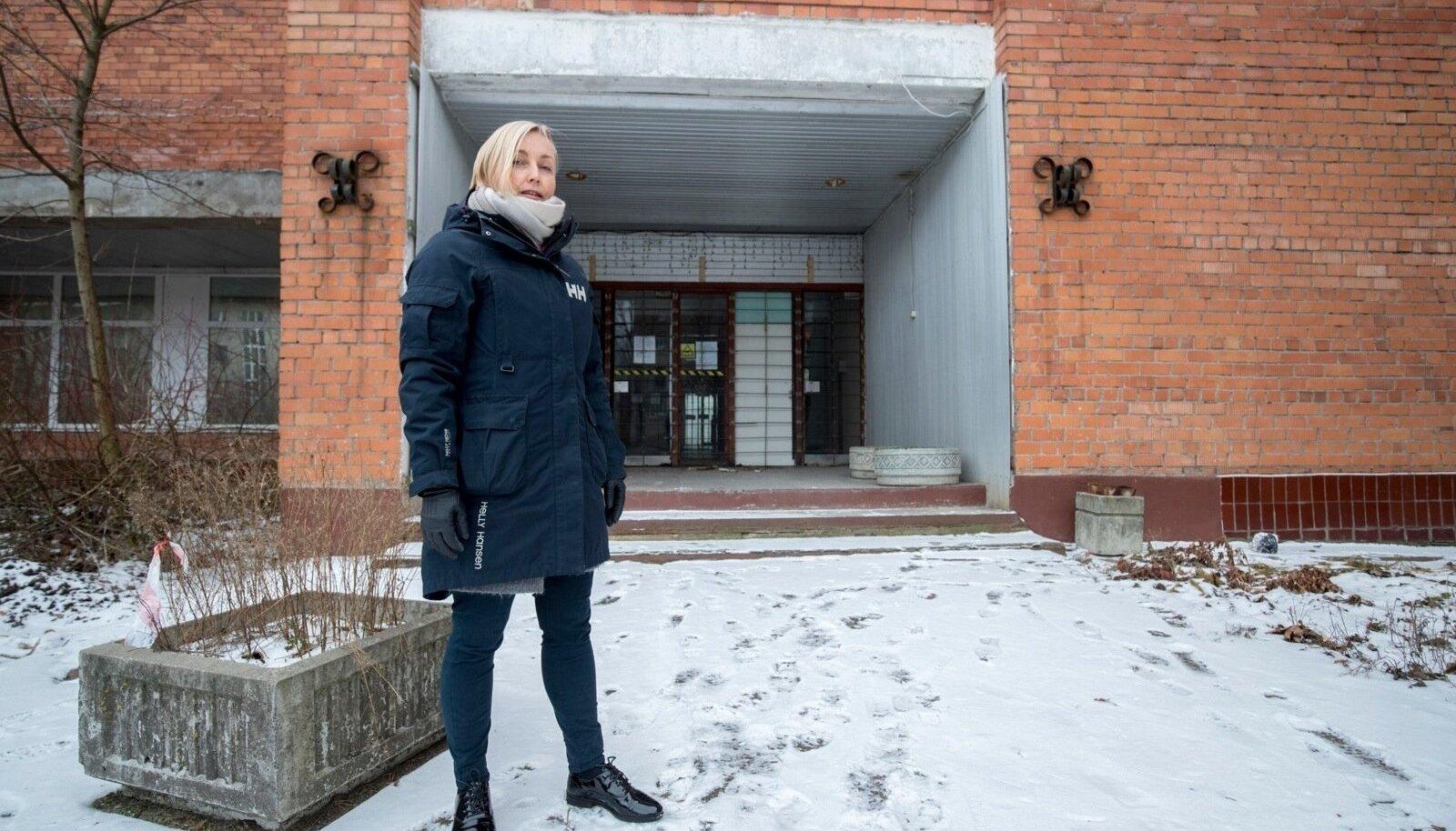 TÜ Narva kolledži direktor Kristina Kallas näitab kohta, kuhu eesti keele maja tulla võiks. Endise Baltijetsi tehase ruumidesse tahetakse paigutada ka Vaba Lava teatrikeskus, ETV+ stuudio, idufirmade loomeinkubaator jm.